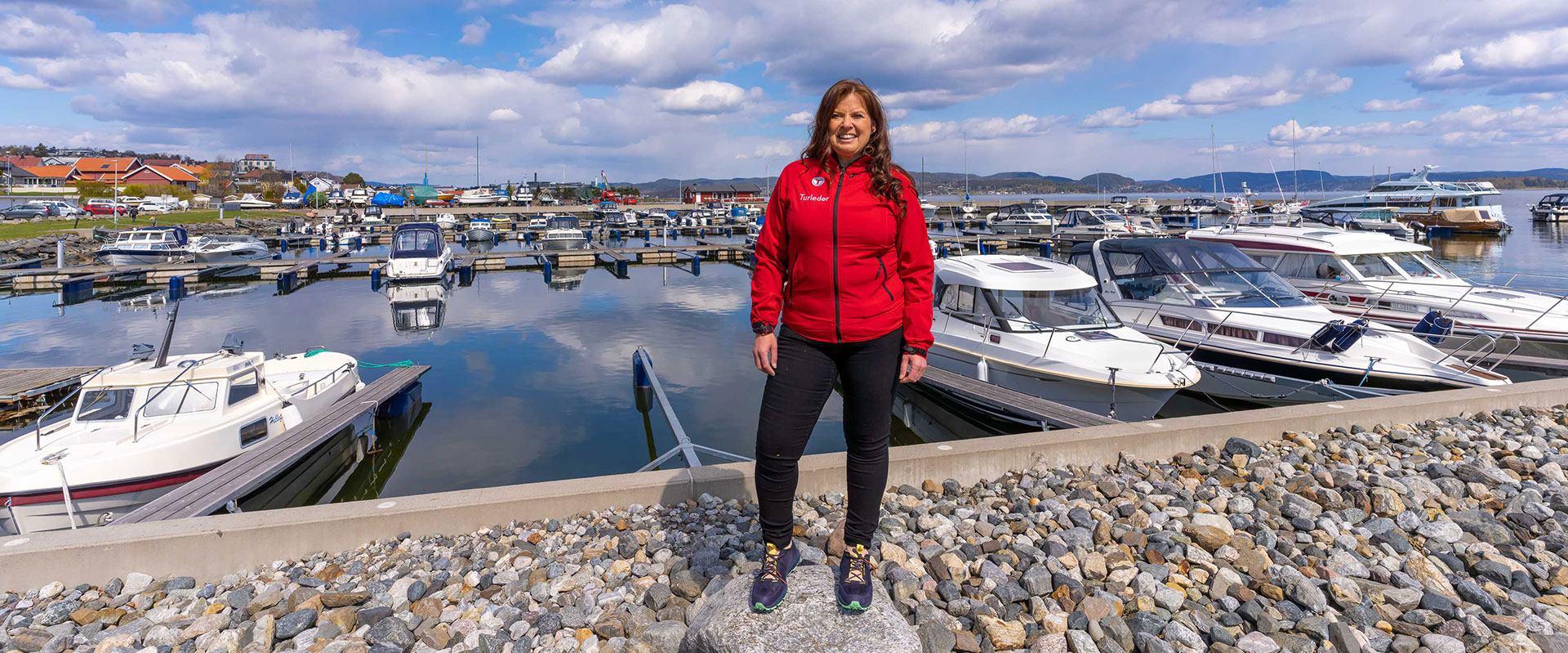 Leder av Holmestrand og Omegn Turistforening Birgit Sandin Vildalen står ved havna i Holmestrand sentrum