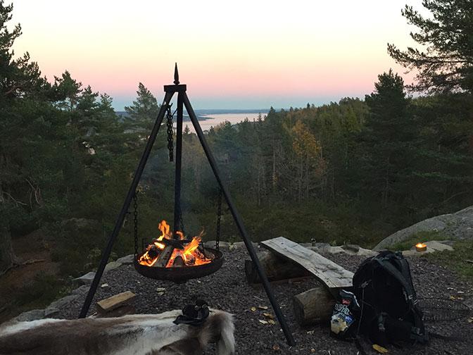 Bålpanne med fyr med utsikt til Holmestrandfjorden. Foto.