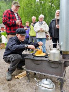 Aktivitetsdager i Eidsfoss. Steker vafler. Foto.