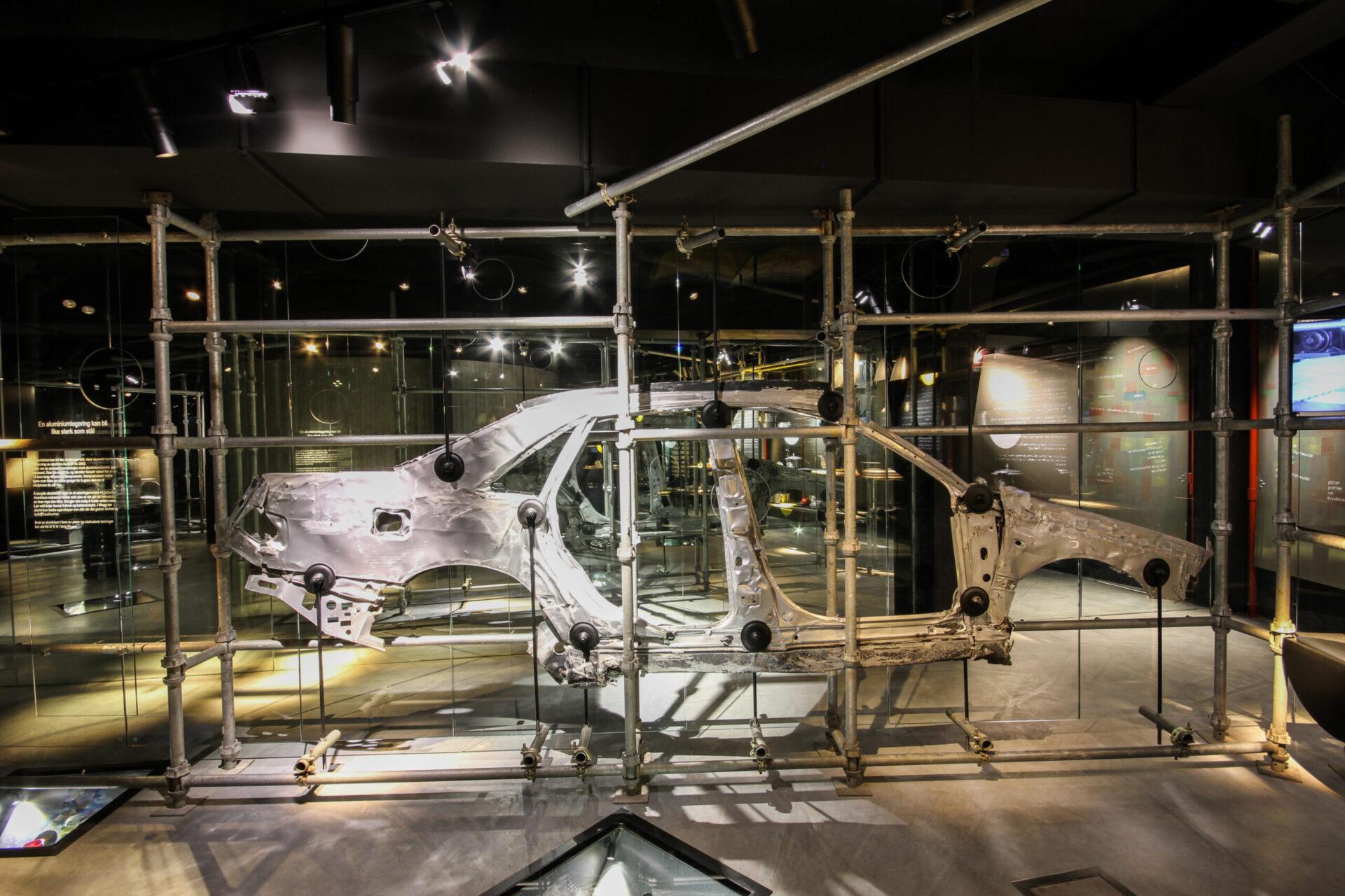Bilde fra aluminiumsmuseet. Utsnitt av en bil.