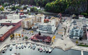 Flyfoto av torget i Holmestrand. Foto.