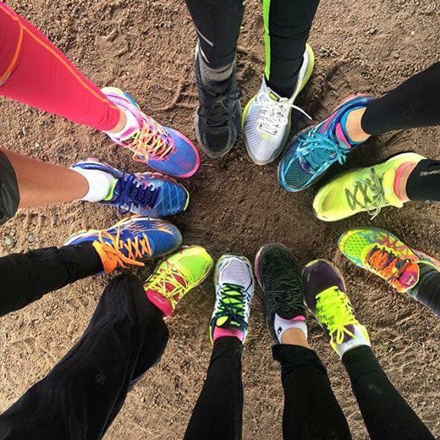 Løpegruppe i Sande. Foto av gruppe ,med løpesko