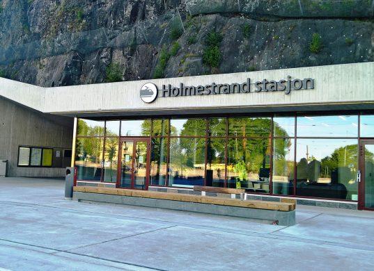 Inngangen til Holmestrand togstasjon. Foto.